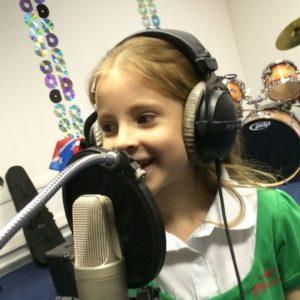 Обучение детей вокалу в Москве в Академии талантов Magic Castle